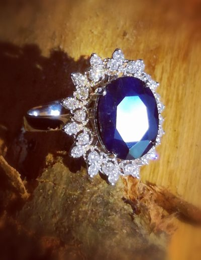 bague-or blanc-saphir bleu oval-entourage-diamants